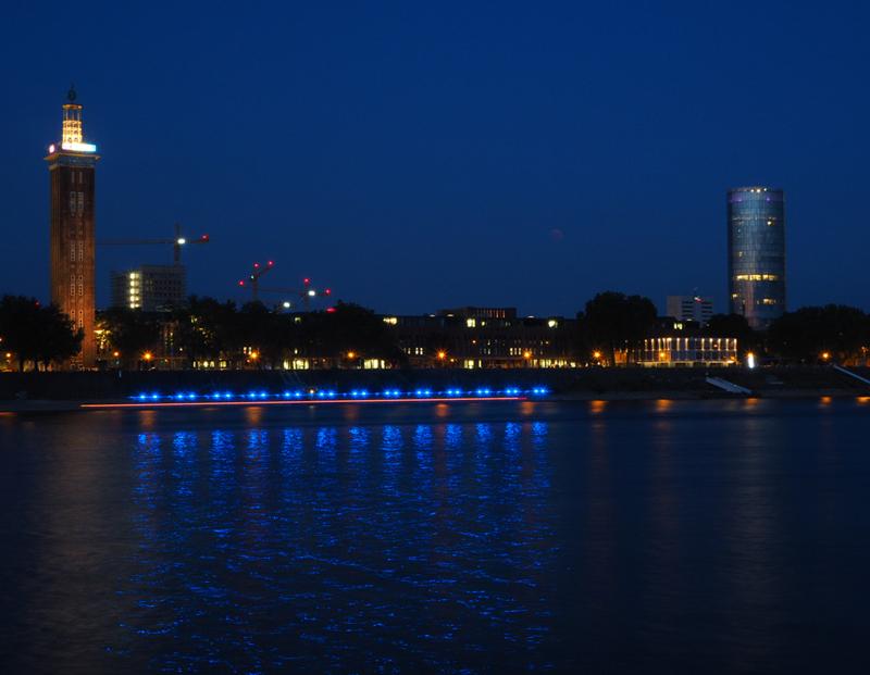 Bevor der Mond aufging, fuhr die Polizei auf dem Rhein Streife
