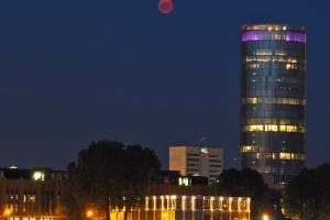 Blutmond neben dem LVR-Tower